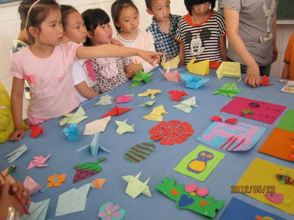 的手工作品,有贴画、挂画,有折纸、剪纸,有橡皮泥制作,有冰棒棍